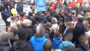 Beim Durchgang zum Schillerplatz trafen Gegner und Befürworter aufeinander.